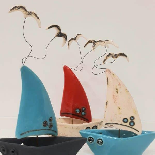 Χειροποίητη Επιτραπέζια Τρισδιάστατη Βάρκα με Γαλάζιο Πανί και Πορσελάνη Ανθρακί 18x8x30cm