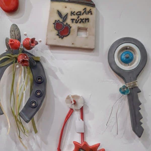 Χειροποίητο Επιτοίχιο Κλειδί με Ματάκι από Πορσελάνη Ανθρακί 19x7x1cm