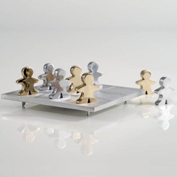 Διακοσμητική Τρίλιζα με Ανθρωπάκια Πιόνια από Αλουμίνιο και Ορείχαλκο 13,7x13,7x5 cm